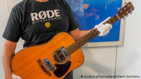 Versteigerung Kurt Cobain Gitarre für 6 Millionen Dollar (picture-alliance/dpa/Julien's Auctions)