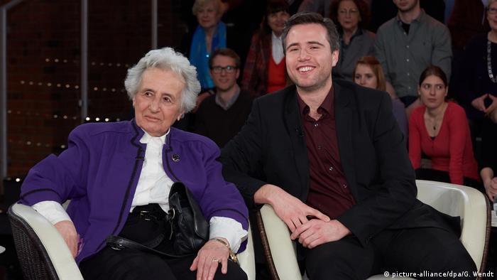 Anita Lasker-Wallfisch mit Enkel Simon in Talkshow (picture-alliance/dpa/G. Wendt)