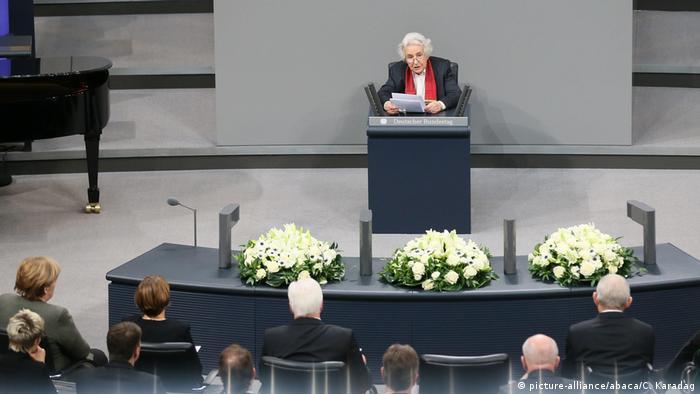 Anita Lasker Wallfisch, Holocaust-Überlebende und Zeitzeugin, sitzt am Rednerpult im Deutschen Bundestag (picture-alliance/abaca/C. Karadag)