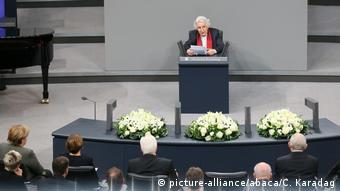 Στο βήμα της Βουλής η Ανίτα Λάσκερ-Βάλφις, που είχε ορκιστεί να μην ξαναπατήσει στη Γερμανία