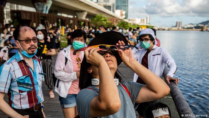 مهتمون في هونغ كونغ يتابعون ظاهرة كسوف القمر