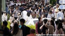 31.05.2020, Japan, Tokio: Zahlreiche Passanten mit Mundschutz gehen durch ein Einkaufsviertel. In Japan geht nach dem Ende des Corona-Notstands die Wirtschaft in den meisten Landesteilen am Montag wieder an den Start. Auch die Schulen im Lande öffnen eine Woche nach Aufhebung des landesweiten Notstands wieder. In der Hauptstadt Tokio sowie der Provinz Fukuoka bereitet ein erneuter Anstieg der Neuinfektionen in den vergangenen Tagen jedoch weiter Sorgen. Foto: ---/kyodo/dpa +++ dpa-Bildfunk +++ |