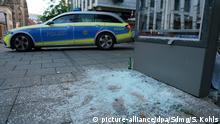 21.06.2020, Baden-Württemberg, Stuttgart: Ein Polizeiauto steht nach den schweren Ausschreitungen in der Nacht zum Sonntag in der Innenstadt. Bei Straßenschlachten mit der Polizei haben dutzende gewalttätige Kleingruppen die Innenstadt verwüstet und mehrere Beamte verletzt. Foto: Sven Kohls/SDMG/dpa +++ dpa-Bildfunk +++   Verwendung weltweit