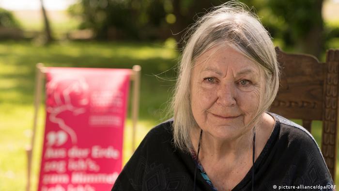 Helga Schubert, Autorin von Vom Aufstehen und Gewinnerin des Bachmannpreises 2020, in ihrem Garten in Mecklenburg-Vorpommern (Foto: picture-alliance/dpa/ORF).