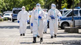 Верль, 21.06.2020: Солдаты бундесвера проводят массовое тестирование в общежитии фирмы Tönnies