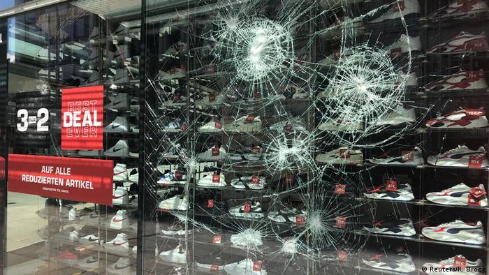 Olaylar sırasında 40 civarında mağazanın camları kırıldı