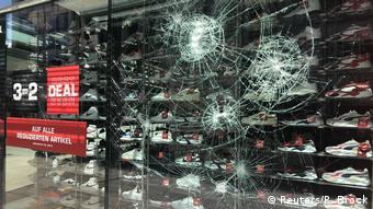 Olaylarda çok sayıda mağaza ve dükkan da saldırıya uğradı, bunlardan bazıları yağmalandı