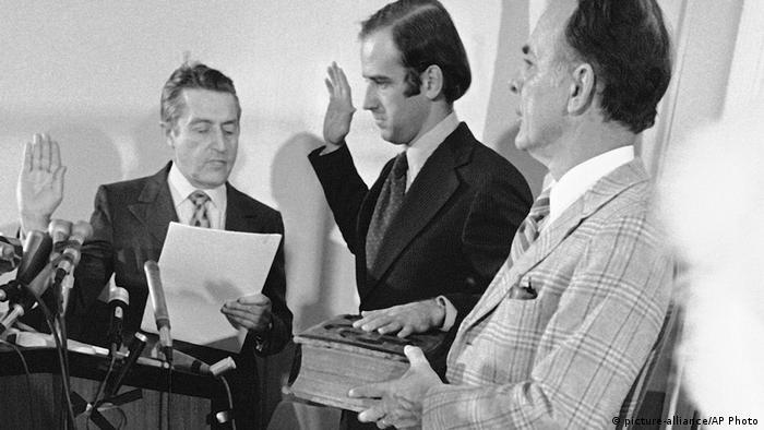 Senator Džo Bajden 8u sredini) polaže zakletvu 1973. godine