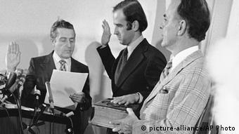 Джо Байден приносит сенаторскую присягу в больнице, где лечится его сын Бо, 1973 год