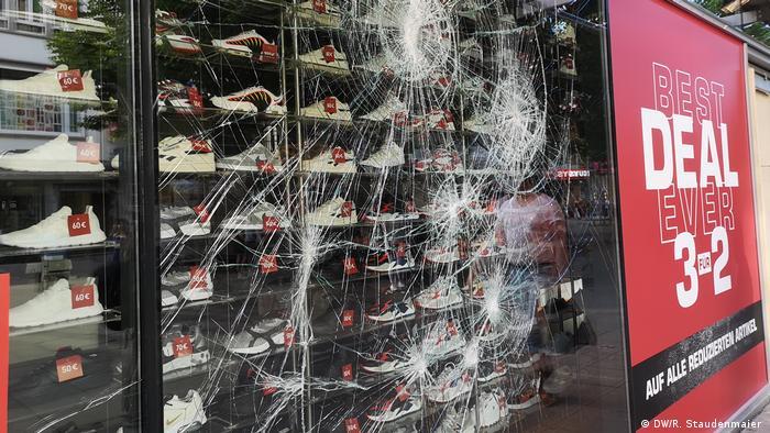 A cracked shoe store window in Stuttgart (DW/R. Staudenmaier)