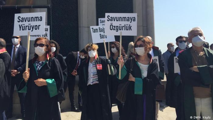 HDI-Anhänger auf einem Protestmarschgegen Erdogans Politik Richtung Akara (DW/H. Köylü )