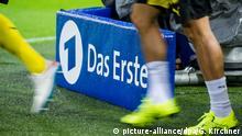 ARCHIV - 27.08.2015, Nordrhein-Westfalen, Dortmund: Dortmunder Spieler laufen vor einer TV Kamera der ARD auf das Spielfeld. (zu dpa: «Fußball-Höhepunkte weiter bei ARD/ZDF - Sky/DAZNkaufen Live-Rechte») Foto: Guido Kirchner/dpa +++ dpa-Bildfunk +++ | Verwendung weltweit