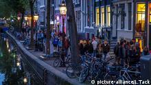 Abendliche Spaziergänger in Amsterdam