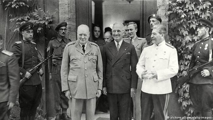 Прем'єр Великобританії Вінстон Черчилль (л), президент США Гаррі Трумен (ц) та лідер СРСР Йосип Сталін (п) у Потсдамі