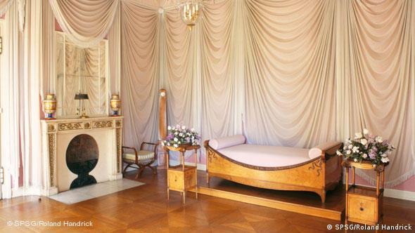 Спальня Луизы: драппировки из белого тюля на фоне розовых стен