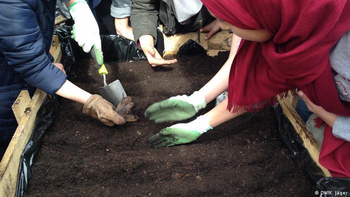 Buddel dich fit: Jugendliche bepflanzen ein Hochbeet im Interkulturellen urbanen Garten der Islamischen Gemeinde Wuppertal