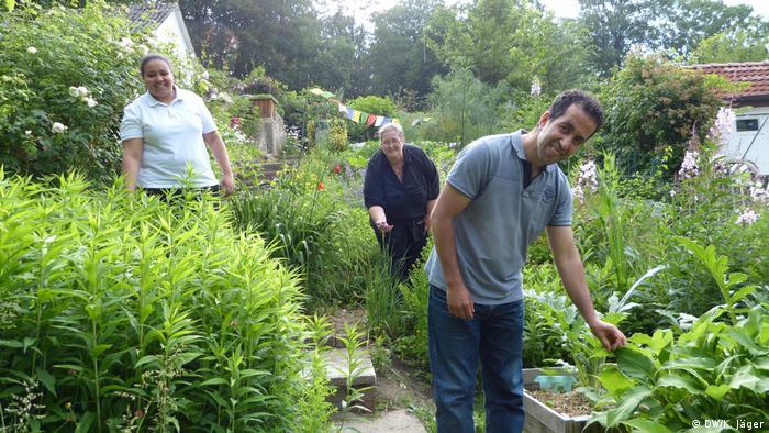 Urban Gardening in Wuppertal: Alae (links), Anja und Waddii Serhane - hier im Kleingarten der Serhanes in Wuppertal