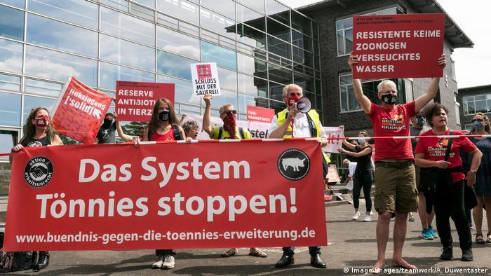 Protesta popular contra el sistema Tönnies en Gütersloh.