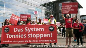Протесты в Гютерсло против условий работы на скотобойне компании Tönnies