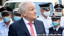 Horst Seehofer mit Polizei im Juni in Stuttgart (picture-alliance/dpa/M. Murat)