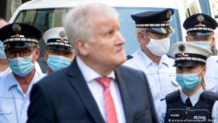 Horst Seehofer with German police (picture-alliance/dpa/M. Murat)
