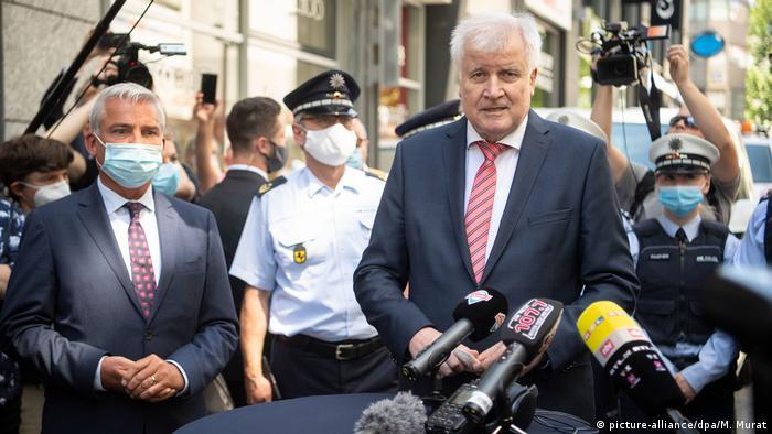 İçişleri Bakanı Horst Seehofer Stuttgart'taki olayları hukuk devleti için uyarı sinyali olarak nitelendirdi