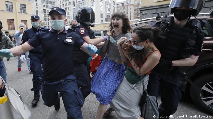 Russland Prozess gegen die Aktivisten Viktor Filinkov und Yuli Boyarshinov in Pertersburg (picture-alliance/AP Photo/D. Lovetsky)