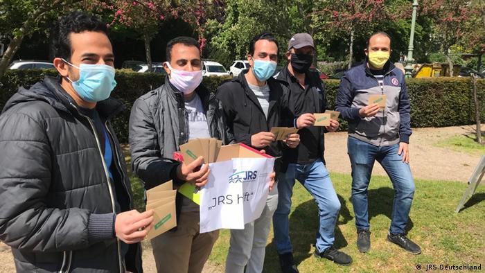 In Berlin verteilten Geflüchtete, die sich beim Flüchtlingsdienst engagieren, während des Corona-Shutdowns Lebensmittel-Gutscheine an Familien und Bedürftige (JRS Deutschland)