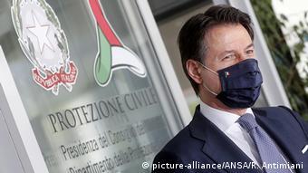 Ο πρωθυπουργός Τζουζέπε Κόντε πάντα με μάσκα