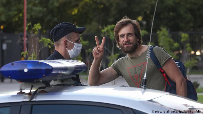 Петр Верзилов и полицейский в медицинской маске