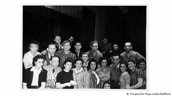 Gruppenbild im befreiten KZ Bergen-Belsen ( Privatarchiv Maya Lasker-Wallfisch)
