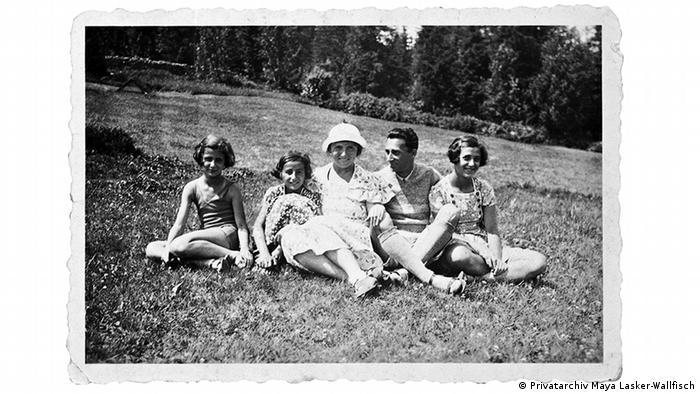 Familienfoto mit gezacktem Rand: Familie Lasker beim Ausflug, Eltern und die 3 Töchter sitzen auf der Wiese (Privatarchiv Maya Lasker-Wallfisch)