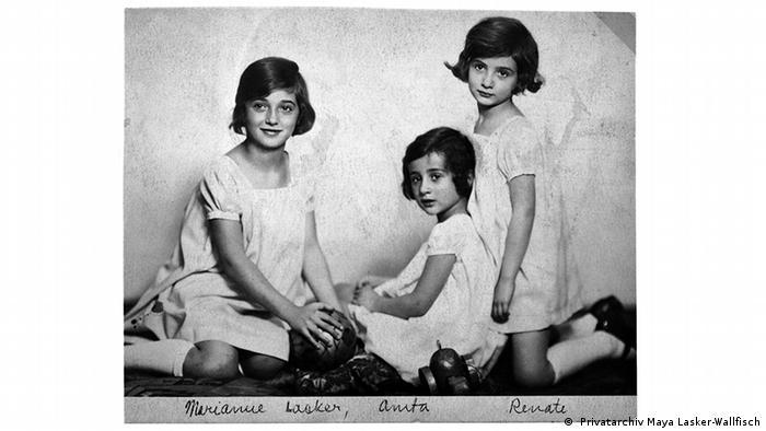 Drei kleine Mädchen in weißen Kleidern - Familienfoto von 1929 ( Privatarchiv Maya Lasker-Wallfisch)