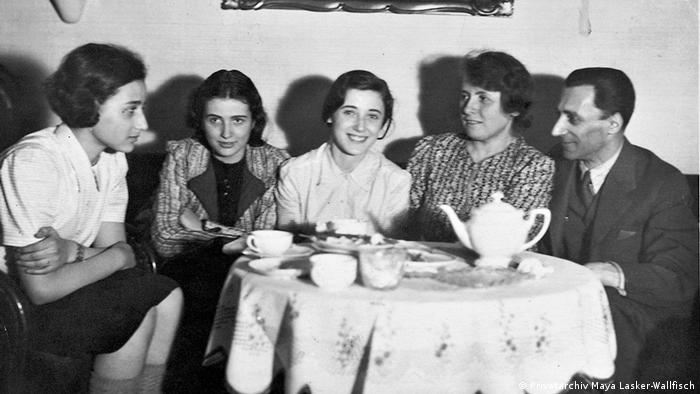Eines der letzten Familienfotos: Die Eltern Lasker mit ihren drei Töchtern (Privatarchiv Maya Lasker-Wallfisch)