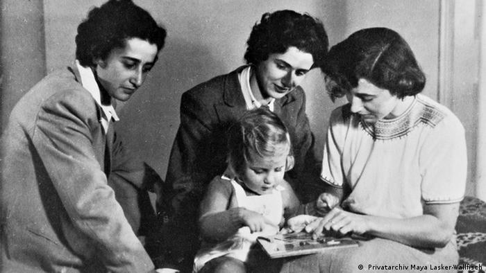 Die drei Schwestern als Erwachsene, schauen einem Kind zu: Familienfoto ( Privatarchiv Maya Lasker-Wallfisch)