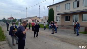 Свидетели задержания журналистов перед зданием суда в Ганцевичах
