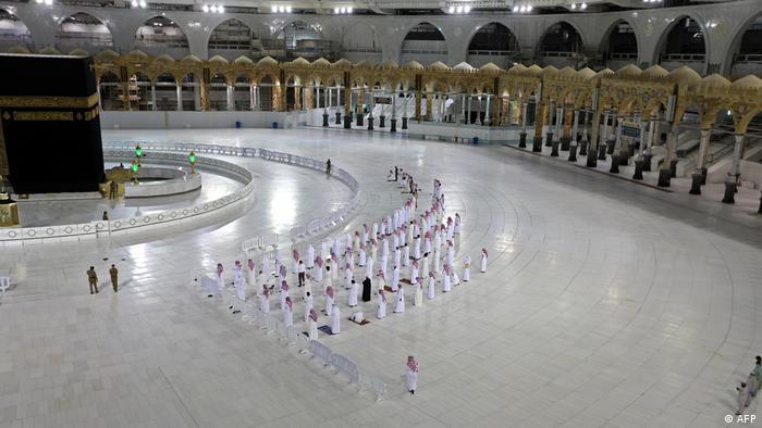 Saudi-Arabien einsame Pilger in Mekka an der Kaaba