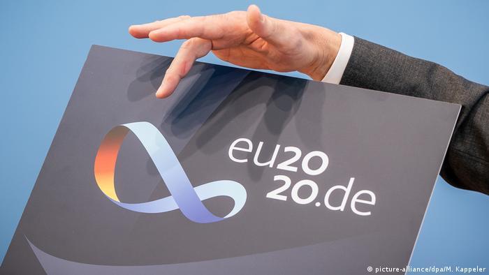 Symbol für Einigkeit und Verbundenheit: ein Möbiusband im Logo der deutschen EU-Ratspräsidentschaft (Foto: picture-alliance/dpa/M. Kappeler)