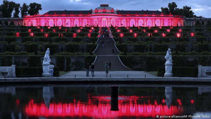Sanssouci bathed in red light, Potsdam, Germany (picture-alliance/AP Photo/M. Sohn)