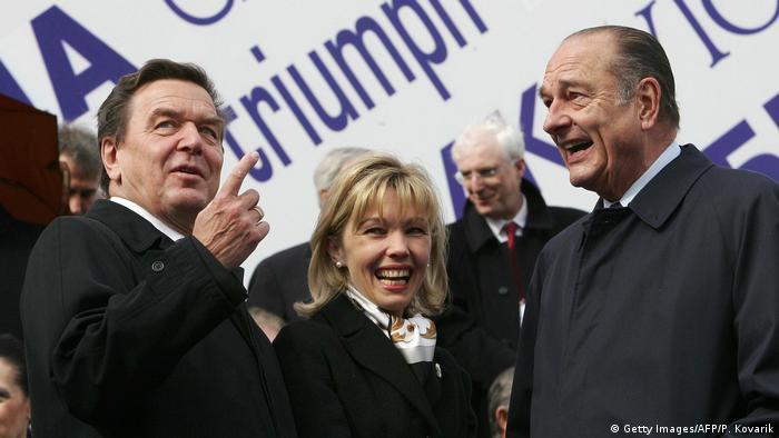 Russland Moskau Siegesparade 2005 Schröder und Chirac (Getty Images/AFP/P. Kovarik)
