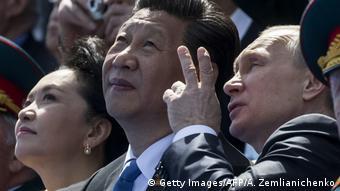 Лидеры Китая и России, Си Цзиньпин и Владимир Путин, на Параде победы в Москве, 9 мая 2015 года