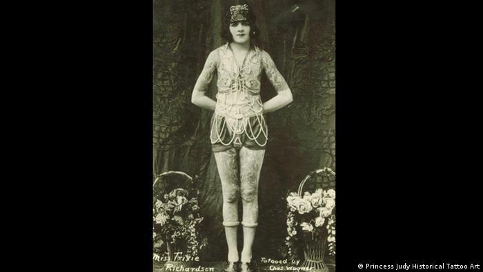 Девушка с татуировками. Открытка 1920 годов