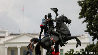Αμφιλεγόμενα αγάλματα βρέθηκαν για άλλη μια φορά στο στόχαστρο των διαδηλωτών
