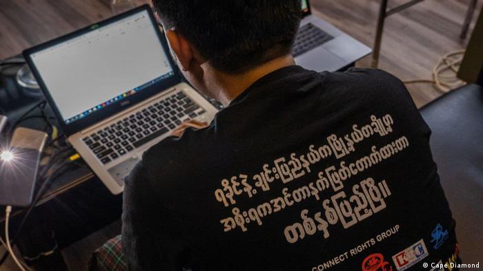 Aktivist in Yangon vor einem Laptop