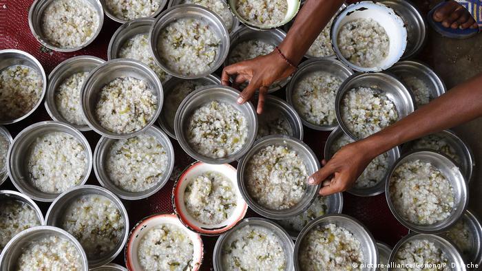 Раздача бесплатного питания беспризорникам на Мадагаскаре