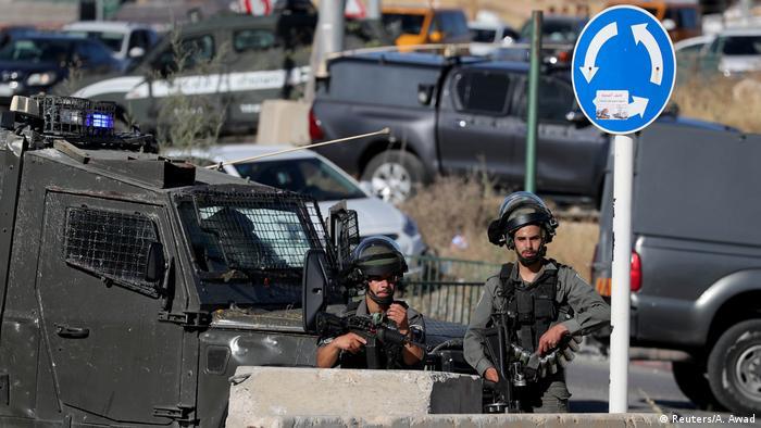 جنود إسرائيليون يقفون على حاجز عسكري