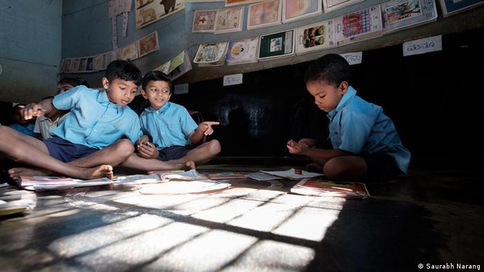 येल्लापुर के स्कूल में पढ़ने वाले एक छोटे से सिद्दी बच्चे ने बताया कि इसी फिल्म के सेट पर काम करते हुए उसके स्कूल के बच्चों ने उसे कैसे तंग किया था. उसने बताया कि आमतौर पर बाकी बच्चे सिद्दी बच्चों से बात भी नहीं करते और उनसे इतना भेदभाव करते हैं कि कई सिद्दी बच्चे स्कूल ही छोड़ देते हैं.