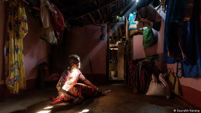 75 साल की विधवा महिला महादेवी बताती हैं कि कर्नाटक के मागोड गांव में अपनी ही जमीन वापस पाने के लिए कई सालों से कोर्ट में केस लड़ रही हैं. 1996 में उनके पति की मौत के बाद उनकी पांच एकड़ जमीन को स्थानीय फॉरेस्ट ऑफिसर ने धोखे से हड़प लिया था.