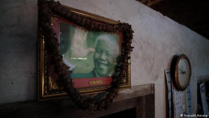 दक्षिण अफ्रीका के पहले अश्वेत राष्ट्रपति और रंगभेद के खिलाफ आंदोलन करने वाले मंडेला की एक फ्रेम की हुई तस्वीर इन लोगों के घरों में भी मिल जाएगी. आखिर कर्नाटक के इस कबीले का संबंध अफ्रीका से जो जुड़ा है.