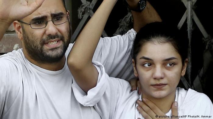 اعتقال سناء سيف جاء بعد الاعتداء على عائلتها أمام سجن طرة الذي يُحتجز فيه علاء عبد الفتاح.